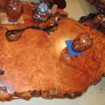 市房杉記念館展示場の伝統工芸品 屋久杉テーブルや彫刻品など