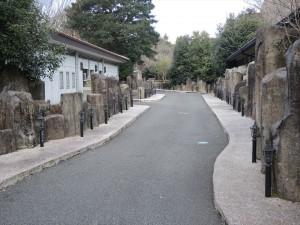 石のトイレ 遊歩道