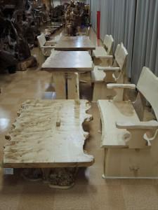 左 ポプラ テーブル、 右 トチ(栃) 背もたれ長イス