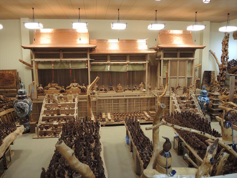 森林セラピー基地市房山・市房杉(樹齢1,000年) 市房三棟御殿・市房ひな人形 正面から撮影しています。