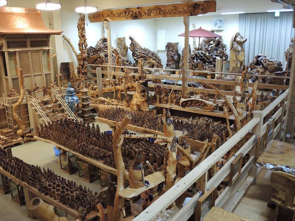 森林セラピー基地市房山・市房杉(樹齢1,000年) 市房三棟御殿・市房ひな人形  正面から向かって右側を写しています。