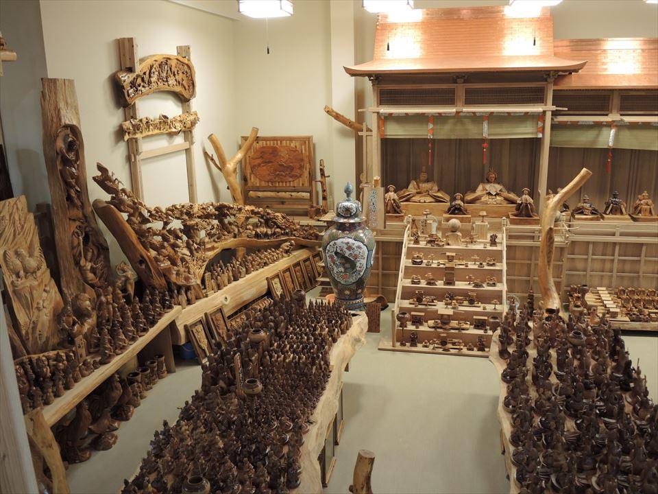 森林セラピー基地市房山・市房杉(樹齢1,000年) 市房三棟御殿・市房ひな人形  正面から向かって左側を写しています。